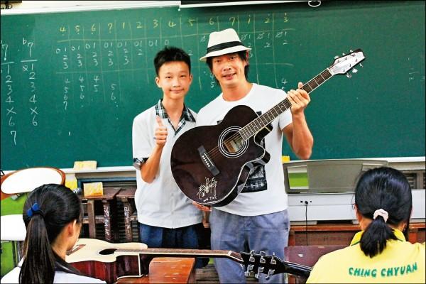 黃品源重返校園 贈吉他加碼彈唱