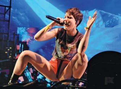 表演前流產 美女歌手包尿布唱完全場