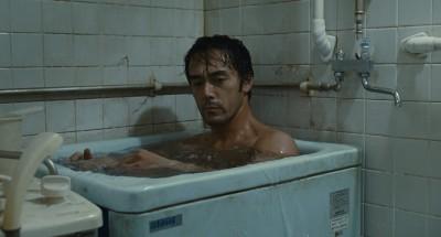 189公分男星脫光光 擠進「洗衣機」大小浴缸