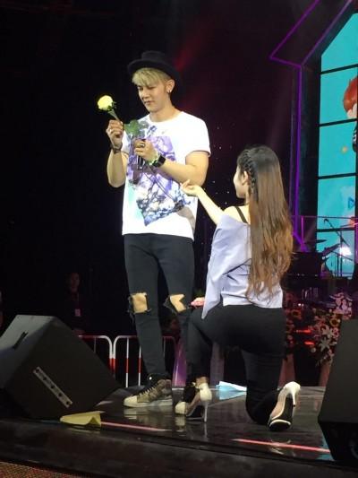 汪東城過生日 她竟單膝下跪求婚