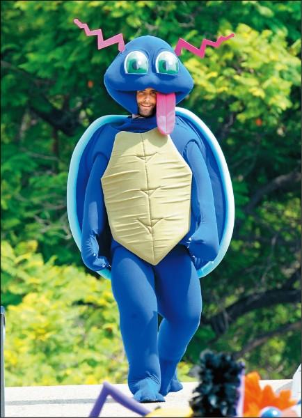 「魔力紅」耍寶   亞當笑扮變種傑尼龜