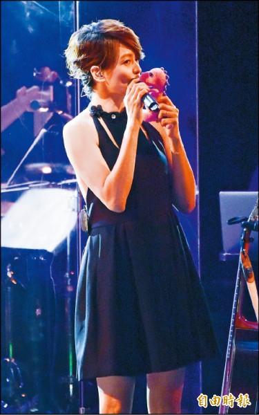 梁詠琪來台開唱 女兒玩偶伴登台