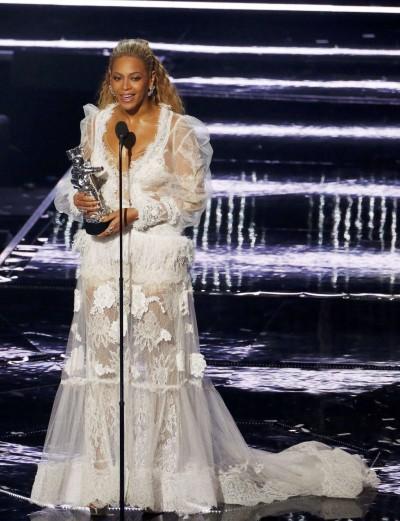 碧昂絲拚MTV大獎    非裔受害母親陪走紅毯