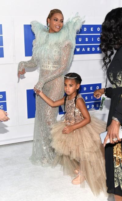 碧昂絲透視羽毛裝 攜愛女登VMA紅毯