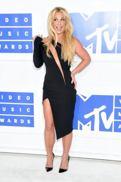 布蘭妮右肩開衩到左大腿 性感登VMA紅毯