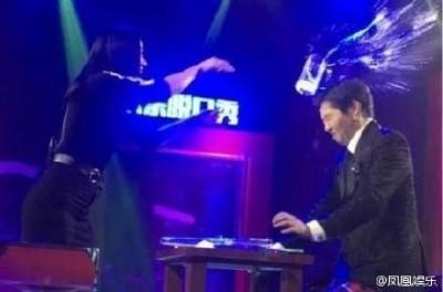 (影音)女星水杯砸頭  主持人爆血還被嫌演技差
