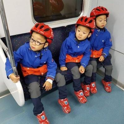 超可愛!三胞胎穿消防裝萌搭地鐵