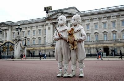 (影音)詭異雙胞胎現身倫敦 另類宣傳有點萌