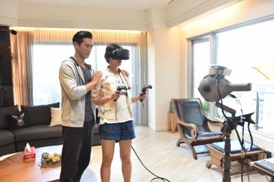 曾沛慈玩千萬VR設備 看著自己不可思議