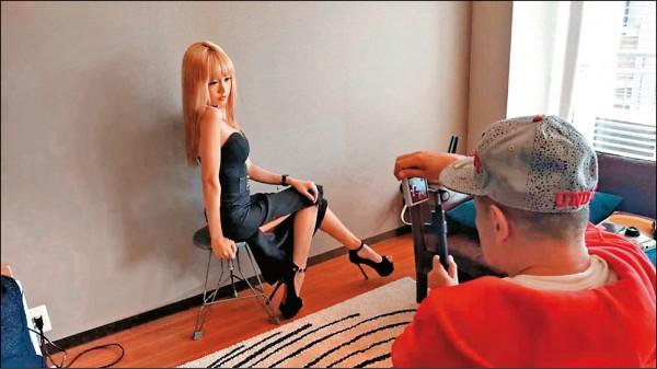 何念兹拜會情色攝影大師 拍照XX怪怪的