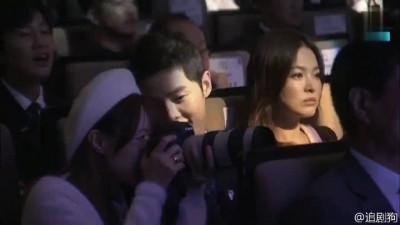 (影音)宋仲基暖男無誤!典禮幫防彈粉絲拍照 好友李光洙也看呆