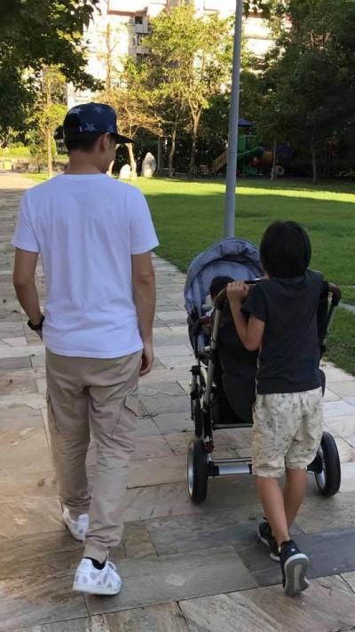 林志穎讚帥兒貼心  「弟控」Kimi推雙胞胎散步