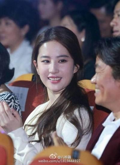 劉亦菲回眸凝望    王寶強忘了綠帽