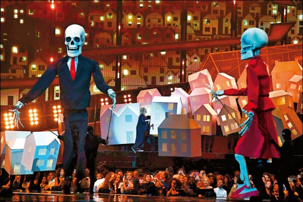 川普&梅伊骷髏伴舞    凱蒂佩芮《全英音樂獎》打臉主人