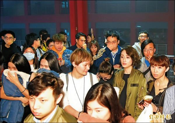 目擊者首映 遇威秀火警 許瑋甯柯佳嬿濃煙中疏散