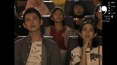 (影音)吳慷仁看得入迷    90秒致敬台灣經典電影