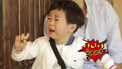 (影音)看到流浪漢挨餓 2歲星二代哭喊「買吃的給你」