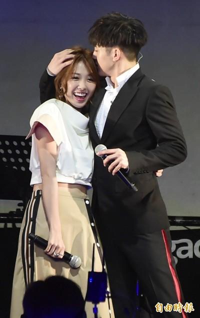 (影音)小樂苦戀邵雨薇終成功 吻額牽手擁入懷超甜蜜