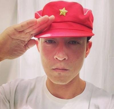 陳冠希當爸缺奶粉錢? 戴紅星帽敬禮捧中國