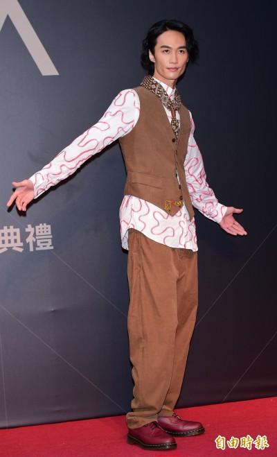 金曲星光》準歌王李英宏紅內褲死命藏 「女友」伴走紅毯