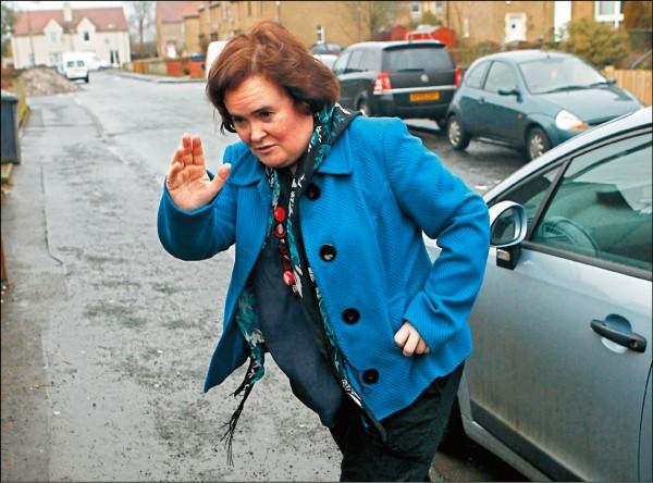 蘇珊大嬸遭圍攻 不良少年當街霸凌