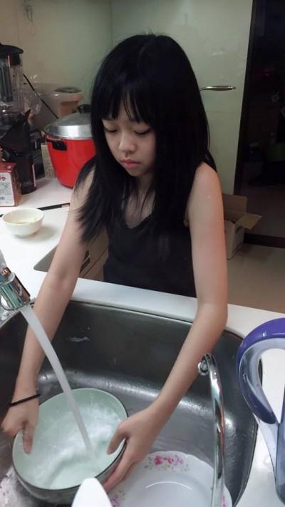 就說要生女兒…寶妹洗碗兒子看平板 宋達民傻眼