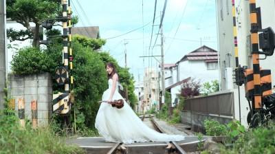 女歌手挑戰恥度 日本獨披婚紗搭電車