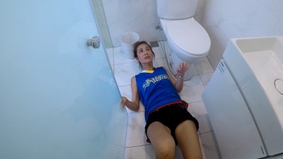 莎莎倒在廁所 頭卡馬桶出不來