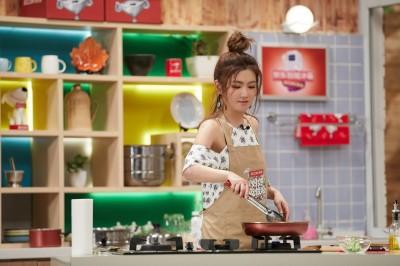 Selina主持美食節目技癢   化身廚娘露3手