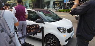 全台首位iPhone 8果粉 中華賓士smart接送取機