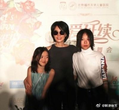 王菲一改酷樣合體前夫  帶2女兒尬舞笑開懷