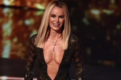 穿太露被投訴663次!女主持人深V雙半球見客 英民眾嫌像「脫衣舞女」