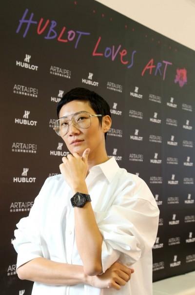 托下巴、醉了? 微風幫名媛孫怡台北國際藝術博覽會爽「嗑」魚子醬