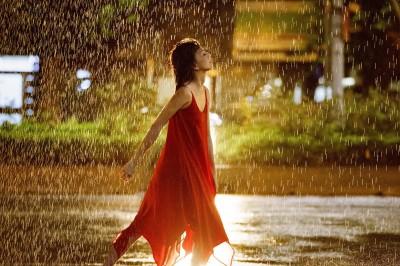 孫燕姿颱風夜「穿紅衣」瘋狂亂舞  擔心嚇壞民眾