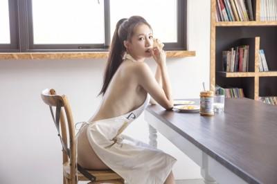 性感蛇姬圍裙遮三點 首露F奶大拍寫真