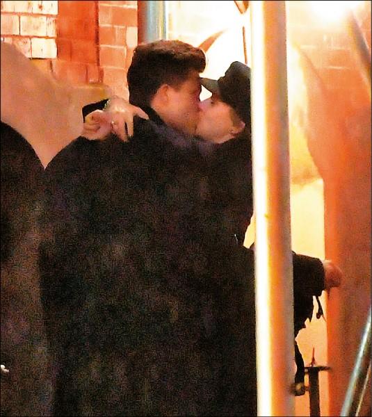 思嘉凍未條 街頭激吻新歡就是他
