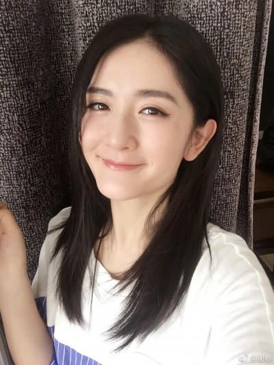 中國超模維密秀糗摔 謝娜曝跌倒主因
