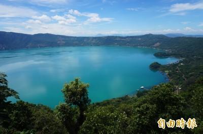 中美洲薩爾瓦多最美的湖 當地情侶都騎機車來這裡約會