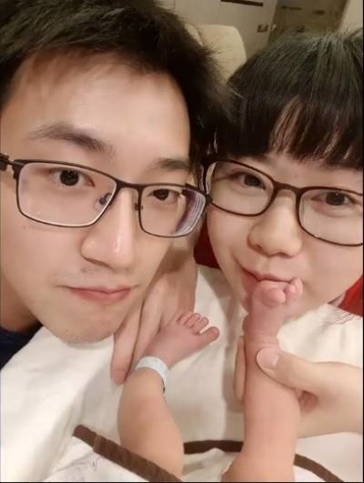 (影音)小小愛萌翻天!江宏傑偷捏臉「妳變好肥喔」