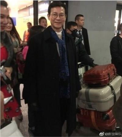 凍齡「楚留香」!70歲鄭少秋現身機場走路有風