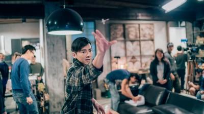李國毅挑戰導演射飛鏢 「扮豬吃老虎」輕鬆獲勝