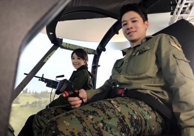 美女主播穿軍服 一肩扛5kg「可擊穿坦克」紅隼