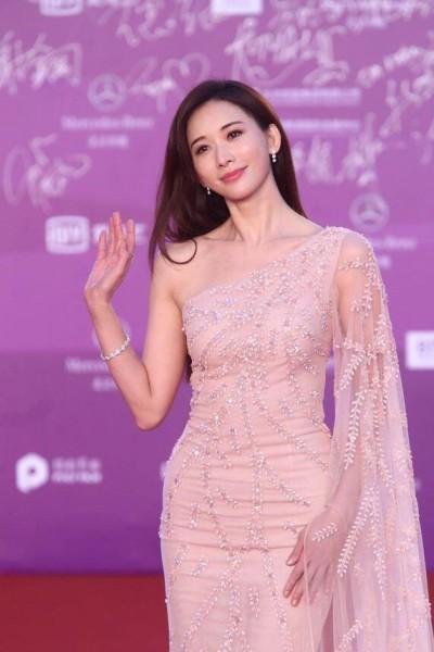 林志玲露香肩秀「女神氣場」  紅毯比美舒淇