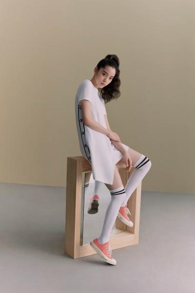 歐陽娜娜秀白皙長腿   穿球鞋也性感
