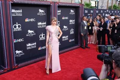 泰勒絲瘦了!高衩裙洩美腿 粉色禮服飄仙氣