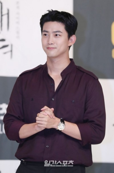 2PM玉澤演軍裝帥炸 遇粉絲親民露燦笑