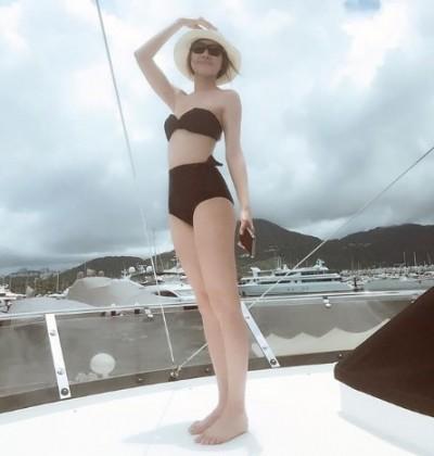 皇后深宮不露  搭遊艇出巡狂曬辣腿