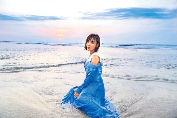 李佳薇好強哭倒海邊 心碎濕身