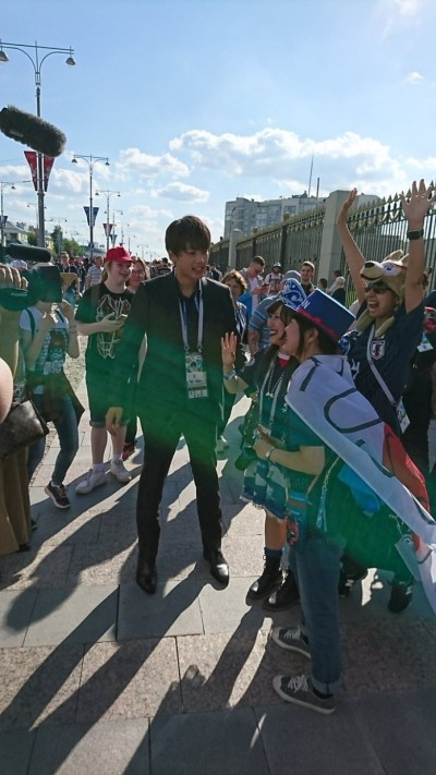 竹內涼真鋒頭不輸世足賽  赴俄被女球迷包圍