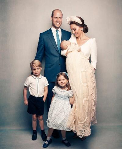 英國王室家福夏綠蒂公主腿一伸  花邊露餡超可愛